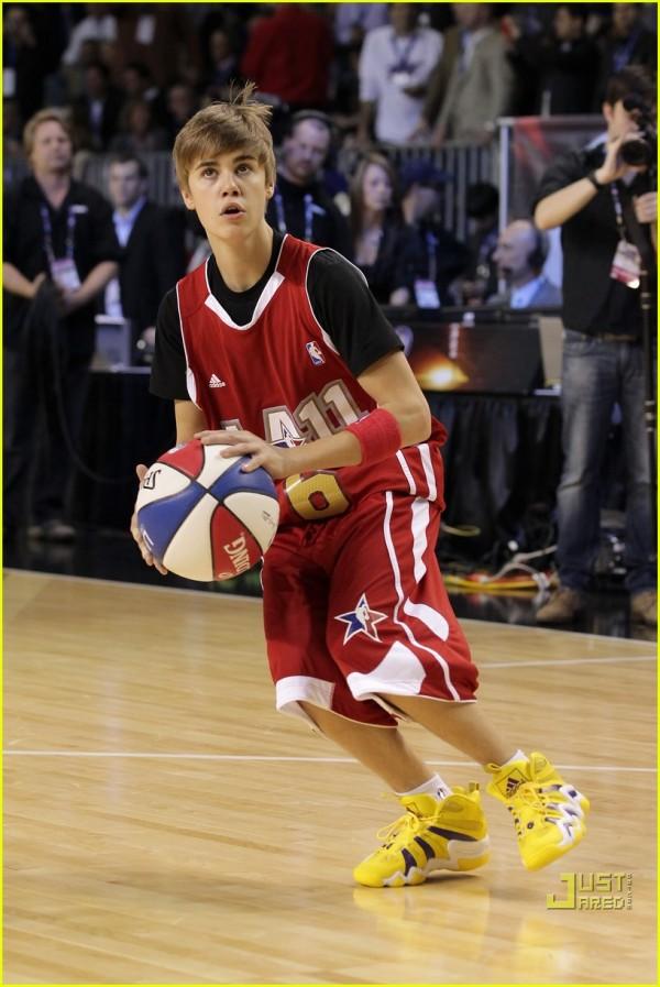 Justin Bieber taglia i capelli, camion di fiori per Selena ...