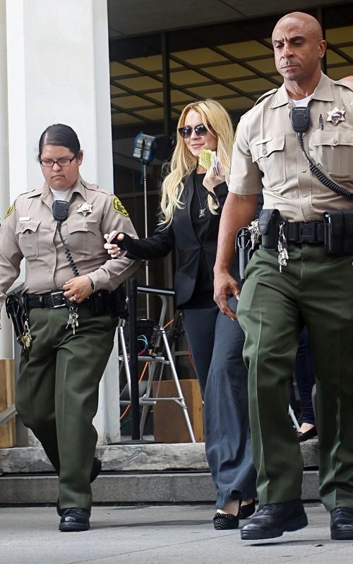 lindsay lohan fa il suo ingresso in carcere manette