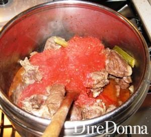 La carne a rosolare per il sugo