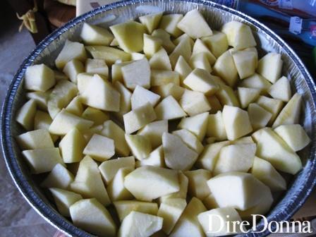 Le mele sbucciate e tagliate a cubetti