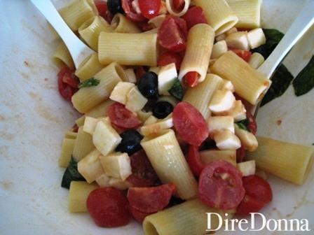 Pasta fredda mista a mozzarella e pomodoro
