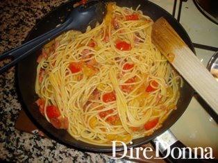 Gli spaghetti in padella a rosolare