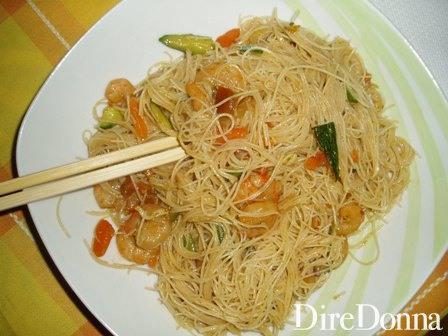 Spaghetti di riso con gamberetti nel piatto
