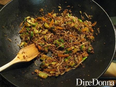Verdure e macinato pronti per condire gli spaghetti di soia