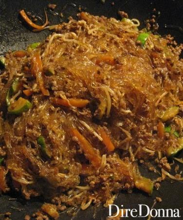 Gli spaghetti di soia conditi pronti per essere serviti