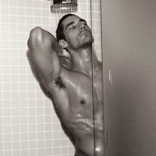 Risultati immagini per uomo sotto la doccia