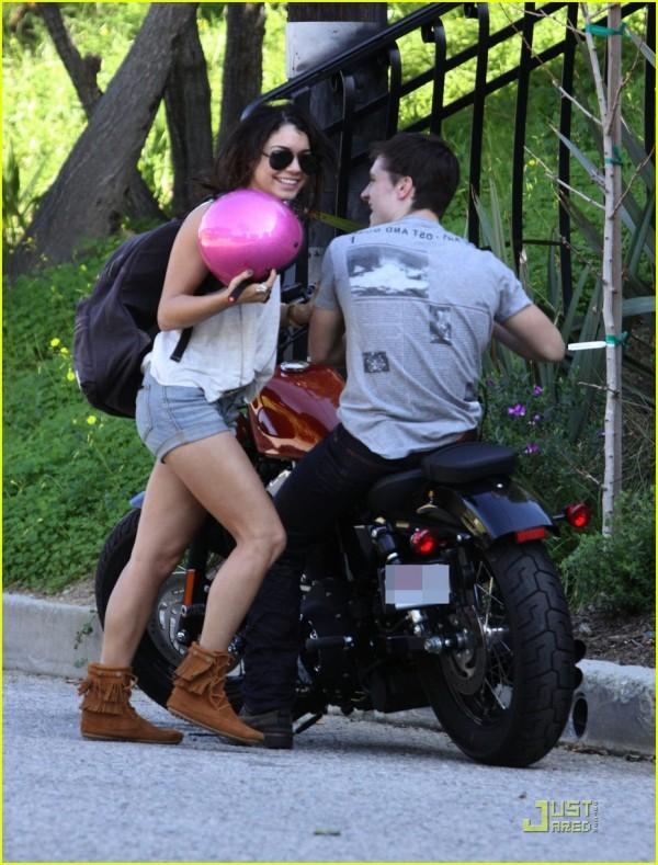 Vanessa Hudgens e Josh Hutchinson in moto 2